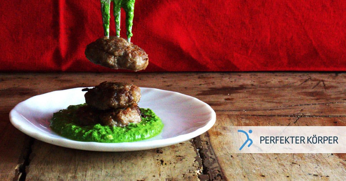 Frikadellen mit Mozzarella und grünem Pesto