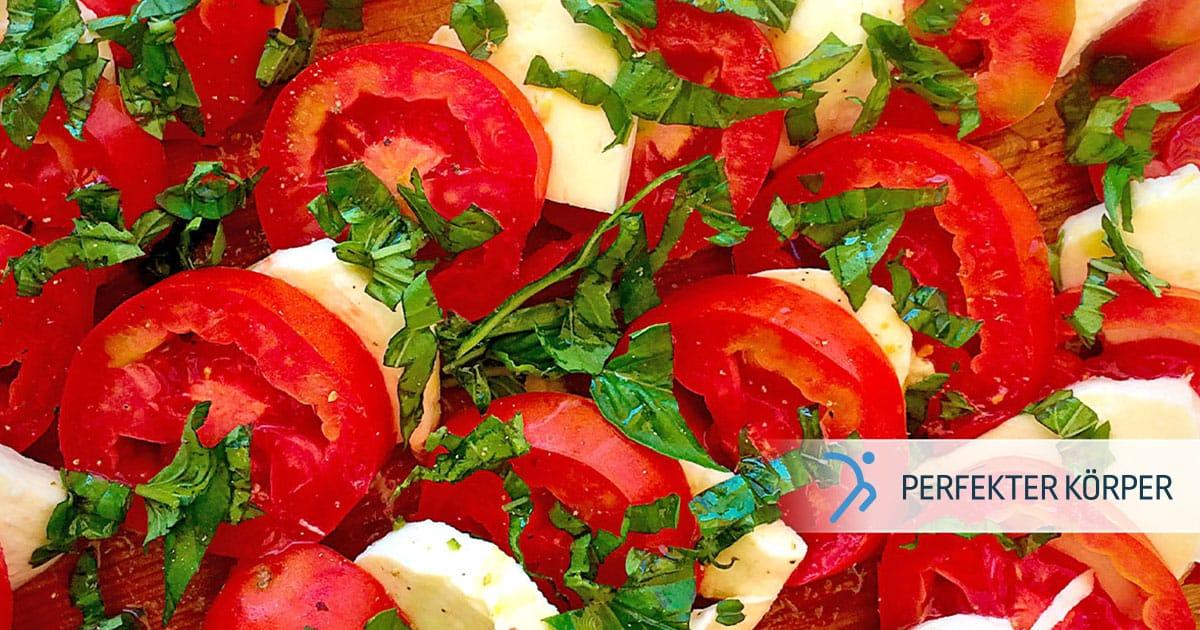 Insalata Caprese oder mediterraner Salat mit Tomaten und Mozzarella